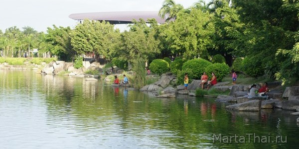 Park_in_Pattaya_with_Lake_16