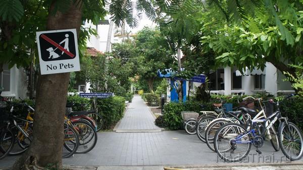 Кондоминиум Baan Suan Lalana, двор между корпусами