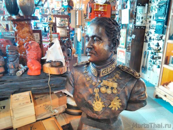 Магазин сувениров и винтажного секонда в Паттайе